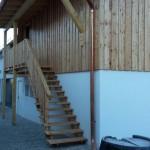 Außenstiege aus Lärchenholz mit integrierter Überdachung