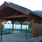 Freistehendes Carport mit Satteldach und Solaranlage