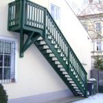 Außenstiege für Dachgeschoß-Eingang mit Holzschutzfarbe