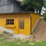 Gartenhütte angebaut und dem Gelände angepasst